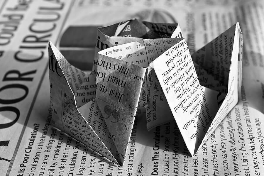 Origami de colarinho com papel de jornal